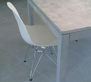 Decoration salle manger design chaise eames et table en b ton cir gris b - Table et chaise a manger ...