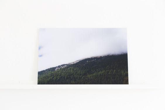 FINEART Fotografie hinter Acrylglas   40x60 cm   Das FineArt Foto ist auf Premium-Fotopapier gedruckt und hinter 3mm starkem Acrylglas (Plexiglas) kaschiert. Die Landschaftsfotografie als Acrylbild bietet eine elegante und moderne Dekoration für dein Zuhause und ist ein toller Blickfang.  Die Fotografie wurde während einer Frankreich-Reise auf dem Mount Ventoux aufgenommen.