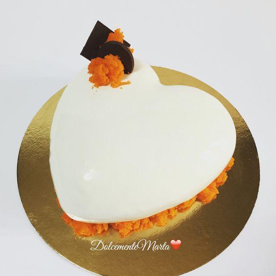 Ciocco-arancia. Crema all'arancia con cuore di crema chocolatine con gocce di cioccolato e glassa al cioccolato bianco. Decorazione con spugna arancione. (L. Montersino).
