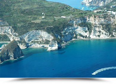 Nos croisières autour de la Méditerranée sont un excellent moyen pour explorer des paysages riches, variés et spectaculaires. Et avec les vues de l'Italie, les îles grecques, la Côte d'Azur et la côte dalmate, votre croisière en Méditerranée vous promet de couvrir les villes, les plages et les stations balnéaires les plus incroyables !