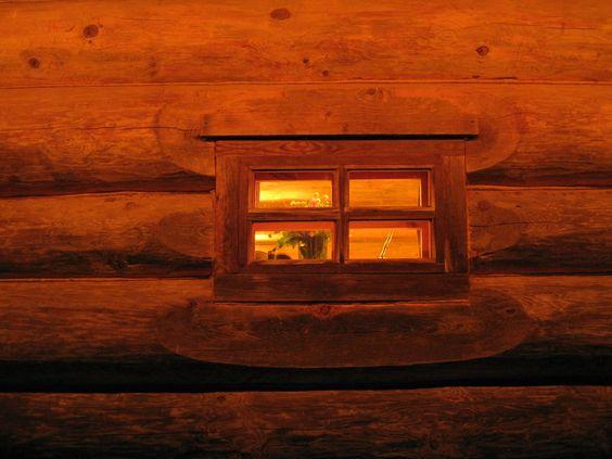 Маленькие окна выполнены в традициях древнерусского деревянного зодчества.