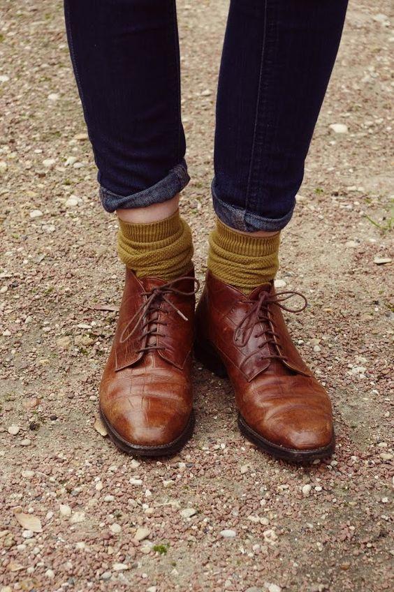 """magrela, meias carefully dissarrenged, abaixada, sapatos amarrados e meio """"velhos"""" calça jeans displicentemente dobrada e canela aparecendo. Sabe tudo!"""