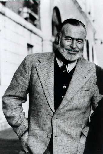 Ernest Hemingway:   Novelista estadounidense cuyo estilo se caracteriza por los diálogos nítidos y lacónicos y por la descripción emocional sugerida. Su vida y su obra ejercieron una gran influencia en los escritores estadounidenses de la época. Muchas de sus obras están consideradas como clásicos de la literatura en lengua inglesa. Hemingway nació el 21 de julio de 1899 en Oak Park, Illinois, en cuyo instituto estudió. Trabajó como reportero del Kansas City Star, pero a los pocos meses se…