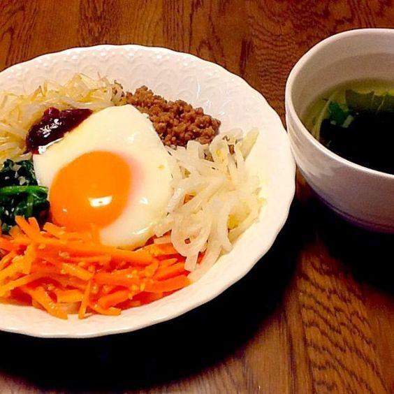 野菜のナムルの下は雑穀ご飯 ナムルを作っておけば、あとはご飯にのせるだけ。 - 9件のもぐもぐ - ビビンパとワカメスープの夜ごはん by tenmusu