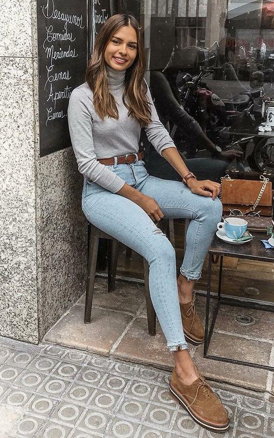 Básica e cool no inverno: 10 visuais para você testar. Blusa cinza, cinto marrom, oxford marrom, calça jeans skinny