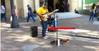 Dieser Straßenmusiker ist unglaublich. Nach 30 Sekunden stand ich mit offenem Mund da.