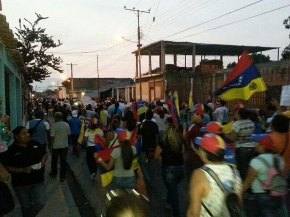 Hoy, sin miedo y con determinación, sociedad civil y estudiantes marcharon en el sur de #Maracay .Ese es el norte 13M pic.twitter.com/gjCtSMErmg