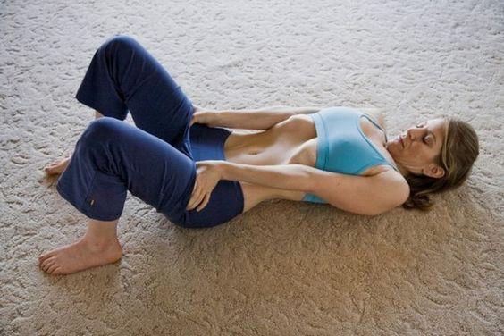 La retracción abdominal es un ejercicio comúnmente utilizado en el yoga, entre sus beneficios principales podemos denotar la fortaleza que le proporciona a los músculos del abdomen, además de ejercitar las zonas localizadas y promover la quema de grasa en esta zona especifica.