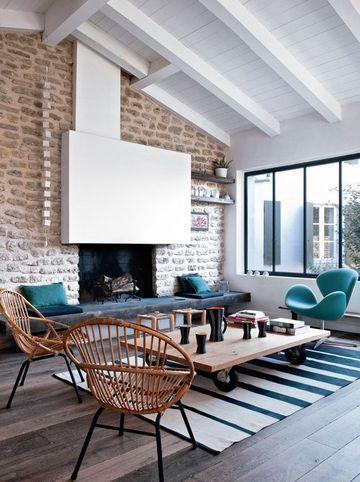 Salon - L'ancienne cheminée en pierre a été modernisé par son grand manteau blanc. S'y ajoute un heureux mix vintage et matières côté mobilier et tapis.