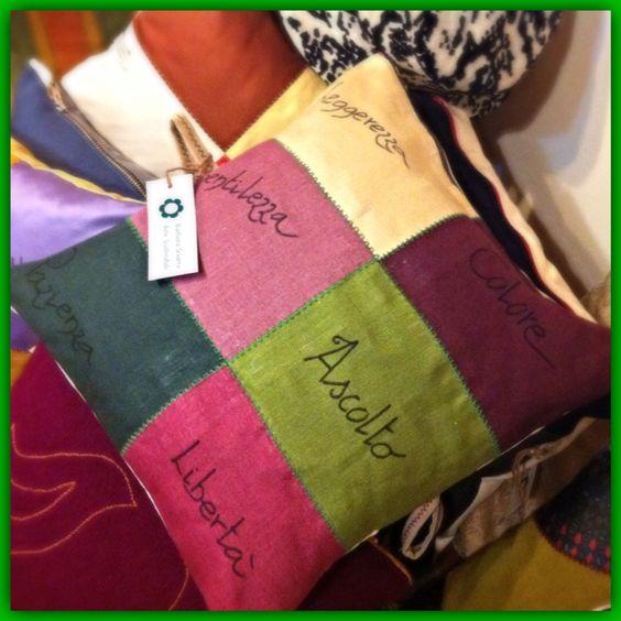 """Cuscino """"meditativo"""", realizzato con campioni di tessuto arredo, lino 100%. Colori vivaci con cuciture in contrasto verdi."""