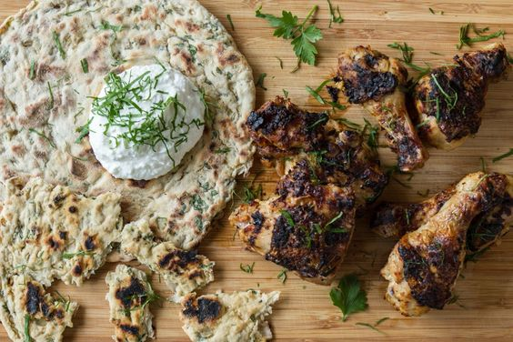 Ινδικό κοτόπουλο ταντούρι (tandoori) με σπιτικές πίτες από τον Άκη. Απολαύστε μία διαφορετική συνταγή για να φτιάξετε το κοτόπουλο σας, το οποίο έχει μαριναριστεί σε μία μαρινάδ...: