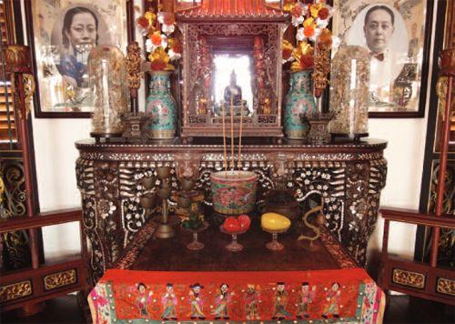 Người Peranakan vẫn giữ họ cùng các phong tục văn hóa của Trung Quốc