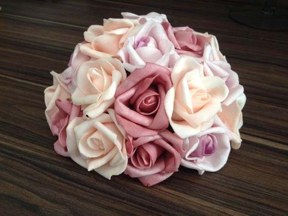 Para atender a quem precisa de uma bola de rosas grande para colocar nos cachepôs, porém sem gastar muito, elaboramos uma meia bola de flores de rosas de EVA.    Com 24 botões e aproximadamente 17 x 17 cm de diâmetro pode ser feita na cor de sua preferência (branco, amarelo, rosa claro, rosa escuro, lilás, vermelho, champanhe ou mesclado).    As flores em EVA são muito similares ao botão de rosa natural, tanto na aparência, quanto na textura. Uma peça que dará muito charme a sua festa…