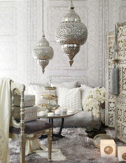 Een prachtige, luchtige Marokkaanse sfeer. Een mooie kast, hoogpolig licht tapijt en de lampen vinden wij helemaal super!: