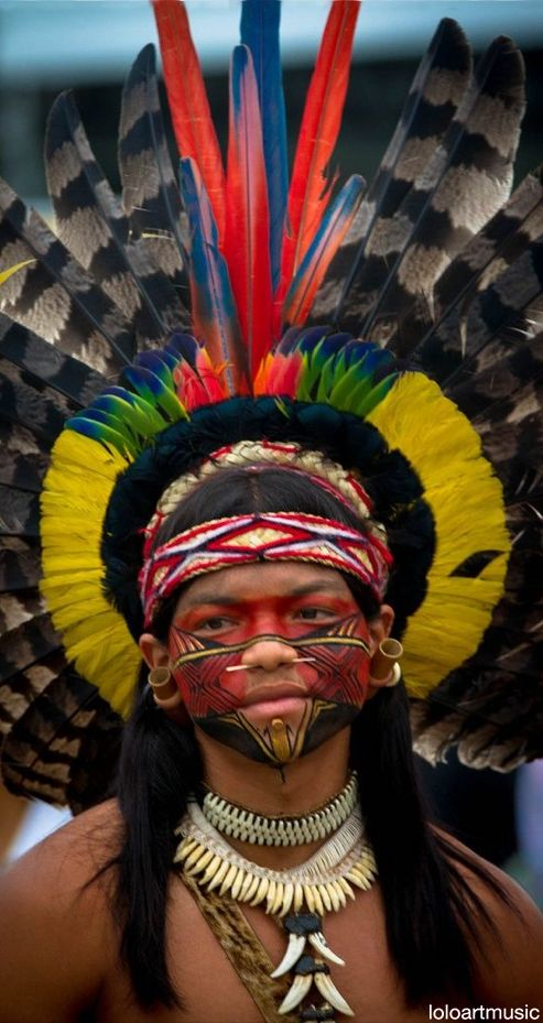 Individuo de la tribu Pataxo, confinada en una área de reserva en Bahía, Brasil, con una población cercana a los 11 800.