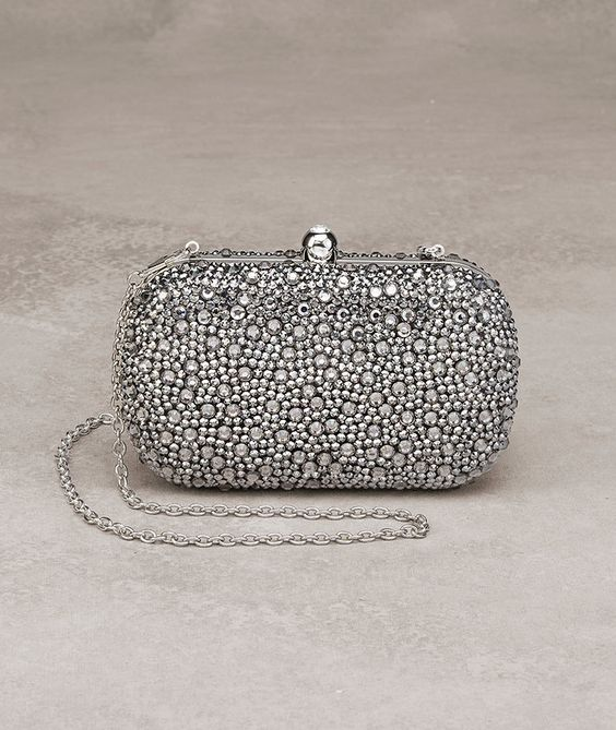 La pedrería y el color plata se funden para un bolso de lujo
