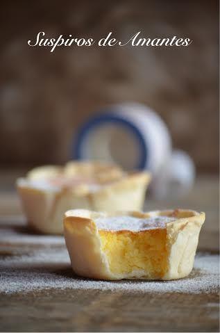 La Cocina de Ani: Suspiros de Amantes: Obleas de empanadillas, 100 gr de azúcar, 50 gr de mantequilla, 8 quesitos, azúcar glass. Derretimos la mantequilla y añadimos el azúcar batiendo bien. Batimos los huevos y los incorporamos a la mezcla poco a poco, añadimos los quesitos y cuando esté todo integrado, ponemos las obleas en los moldes y llevamos al horno 10-12´gratinando a 180º