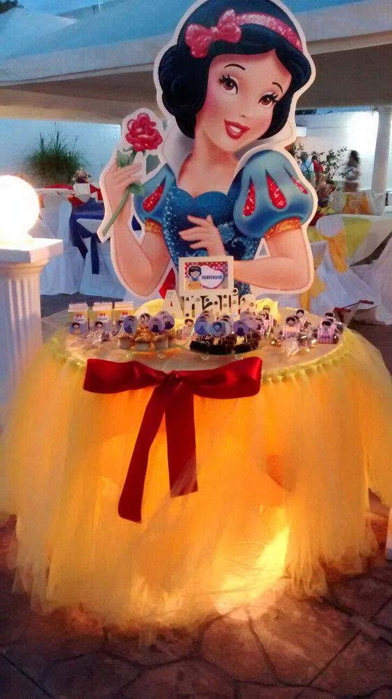 What a great dessert table for a Princess party. This Snow White dessert buffet is the perfect way to hand out cupcakes and treats while still staying with the theme of the party. LOVE IT!