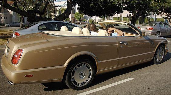 Bentley de ouro personalizado de Seal em Beverly Hills, Califórnia (© Splash News)Seal passeia pelas ruas de Beverly Hills, Califórnia, com o seu Bentley conversível de ouro.