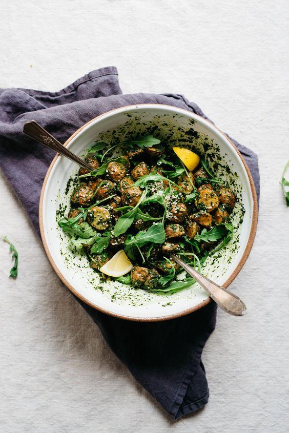 Gebratene Knoblauch Basilikum Pesto Kartoffeln mit Rucola |  Dolly und Haferflocken #vegan