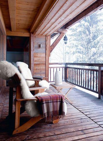 Vue dégagée sur cette terrasse en bois avec des chaises confortables pour apprécier le silence de la forêt et l'air frais de la montagne ! / A wooden terrace with lounge chairs to enjoy the silence of the forest and the fresh mountain air.