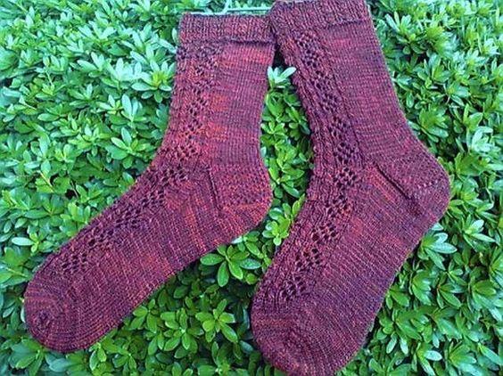 Malabrigo のソックヤーンで編んでいます。前部分は透かし模様、他はメリヤス編みです。明るく写っていますがもう少し暗いムラのあるこげ茶色です。素材:ウー...|ハンドメイド、手作り、手仕事品の通販・販売・購入ならCreema。