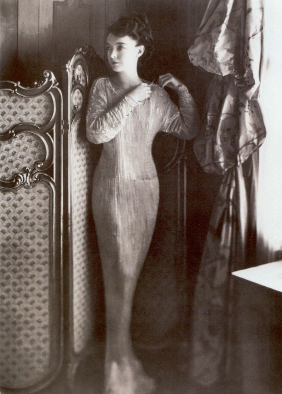 """In 1907, Fortuny developed an innovative (and closely-guarded) pleating process for fine silks. He showcased this process, and the beautiful form-fitting fabric it created, on his famous """"Delphos"""" dresses.      (Film star Lillian Gish in a Fortuny """"Delphos"""" Dress)"""