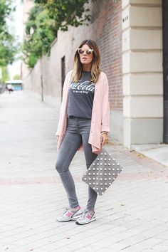 photo pink-new-balance  Estilo casual de invierno/verano remera coca-cola, jean y campera de lana rosa