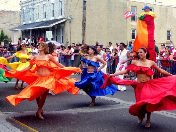 Que toca el instrumento la bomba y bailando el jibaro es tradicional baile en Puerto Rico.