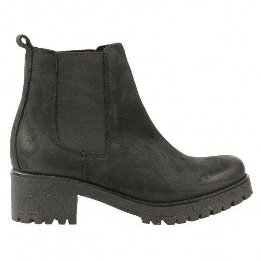 Boots Chelsea noires pour dames avec de grosses semelles en caoutchouc. Mod�le en cuir ponc� ou en nubuck. Elles s�enfilent facilement gr�ce aux �lastiques sur les c�t�s. Hauteur de talon 5 cm, plateau de 2 cm compris. Hauteur de tige�: 12 cm. Circonf�ren