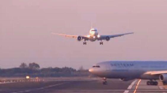 Un atterraggio diverso dal solito... ascolta cosa dice l'assistente di volo!