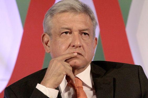 """Andrés Manuel López Obrador, candidato presidencial del PRD, cuestionó la transparencia del proceso electoral. Exigió conteo de """"voto por voto, casilla por casilla"""". Se autoproclamó """"Presidente legítimo"""" y estableció un """"gobierno alterno""""."""