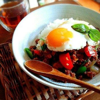 バジルと聞くとイタリア料理のイメージが強いですが、タイ料理にもよく使われます。こちらは甘辛い味付けのガパオライス。鶏挽肉とバジル(本場ではホーリーバジル)の炒めものに目玉焼きを載せて、カフェ飯風にスタイリング!