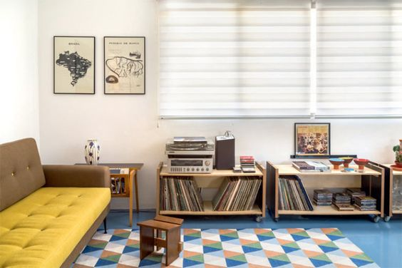 Assinados pelo Vapor 324, os carrinhos de compensado folheado guardam a coleção de 200 LPs do morador. É uma releitura dos bancos do interior o modelo Caipira (Marcenaria Baraúna).