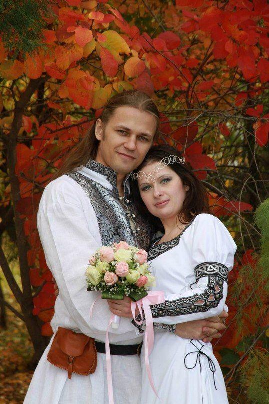 """Braut: das Kleid """"Dame"""": (http://armstreet.de/shop/gewandung/mittelalter-kleid-larp-dame) Bräutigam: Hochzeitstunika mit Brokat-Verzierungen (http://armstreet.de/shop/gewandung/exklusive-hochzeits-tunika-aus-leinen-mit-brokatverzierungen)"""