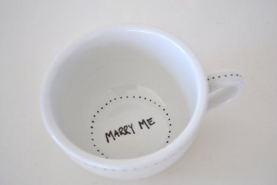 Al fondo de una bebida caliente.   26 maneras encantadoras de proponerle matrimonio a alguien