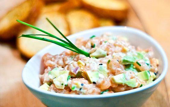 Une recette d'inspiration asiatique qui se prépare rapidement. L'avocat ajoute une belle texture crémeuse et fraîche au saumon. Essayez-le à l'apéro!