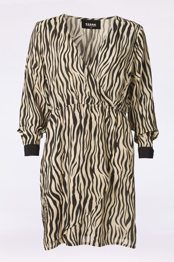Deze te gekke jurk van Carmakoma is zowel vrouwelijk als hip. De jurk heeft een zebra print in warme beige en