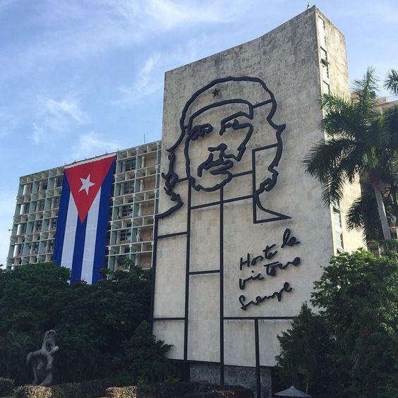 アメリカとの国交正常化でキューバが劇的に変わる日が近づいてきている  古びた建物クラシックカーが走るフォトジェニックな街を見ておきたい  今年の夏休みはキューバ #CUBA #CheGuevara #SumerVacation  #Photogenic by maco910