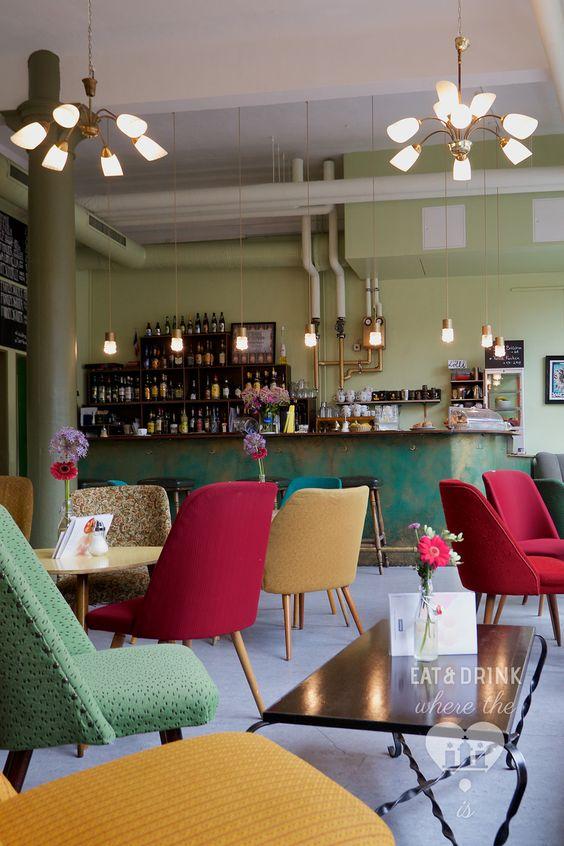 Tagsüber Café, abends Kneipe: In der Pony Bar kann man nicht nur kühle Spirituosen, sondern ein reichhaltiges Kulturprogramm (u.a. Konzerte, Ausstellungen und Lesebühnenveranstaltungen) genießen.