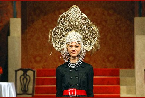 "Karl Lagerfeld in his collection Paris-Moscou (2008/9) created exclusively kokoshniks fancy patterns.  Karl Lagerfeld admitted that he is very fond of ""imperial Russia, constructivism and Russian folklore."" Admitted not only in words but also-season collection of Chanel Paris-Moscou Pre-Fall 2009."