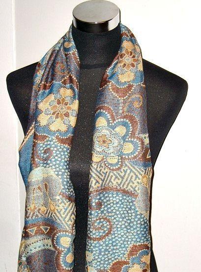 Blauwe sjaal met prachtige bloemen - http://www.hoofdzakelijksjaals.nl/blauwe-sjaal-met-prachtige-bloemen