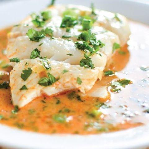 🐟🐠PESCADO EN SALSA DE TOMATE Y CURRY🐠🐟 Otra receta para los que quieren empezar a consumir más pescado y no saben como cocinarlo. Les recomiendo que vayan una vez a la semana a una buena pescadería, compren y freezen (ya que si no lo tienen, no lo consideran una opción). 🔸Necesitas: (rinde 4 porciones) 🔻1 cucharada sopera de aceite de oliva. 🔻2 dientes de ajo. 🔻Sal. 🔻Pimienta. 🔻1 taza de salsa de tomates. 🔻1/2 cucharada sopera de curry. 🔻2 tazas de caldo (idealmente casero). 🔻4…