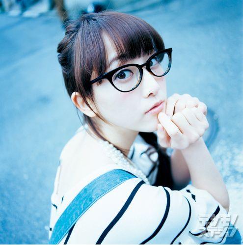 メガネをかけた松井玲奈