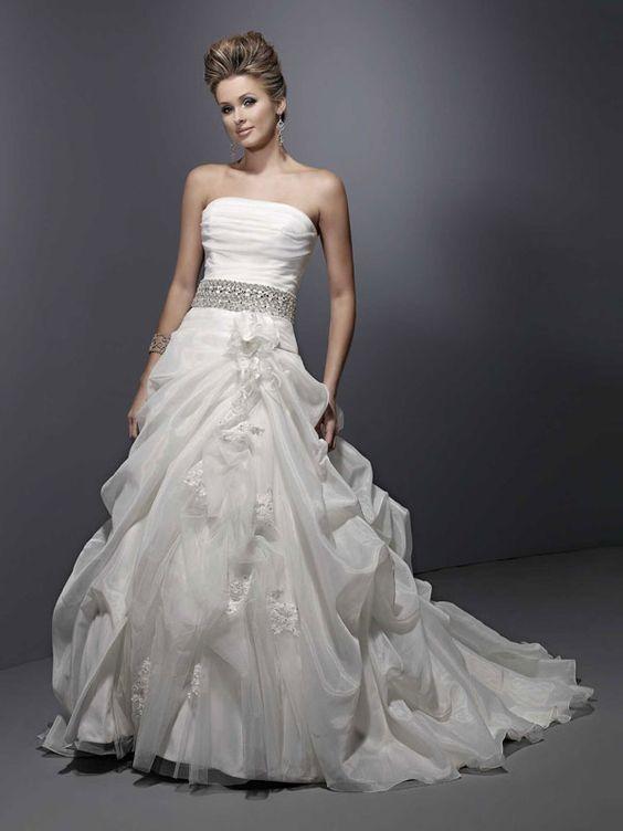 Fashionable strapless natural waist organza wedding dress