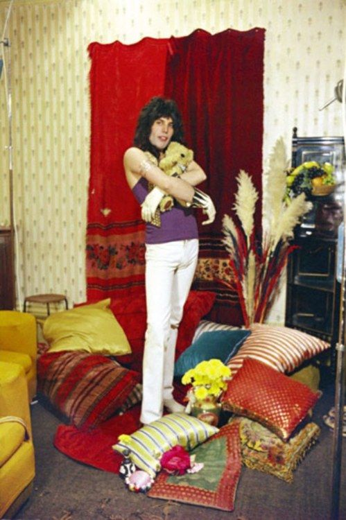Style of the '70s: flamboyant and totally camp Freddie Mercury. Looks gay, right? Well, back in the 70s, most people never had a doubt that Freddie wasn't straight, even when confronted with pictures like this one. And a handful of people still believe to this day that he wasn't in fact gay. Denial can be that huge. Go figure... :)