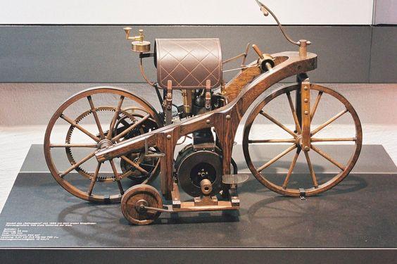 Gottlieb Daimler meldete sein Fahrzeug mit Gas- beziehungsweise Petroleum-Kraftmaschine am 29. August 1885 zum Patent an. Heute steht der Reitwagen im Motorradmuseum im Schloss Augustusburg bei bei Chemnitz. © Daimler