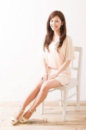 椅子に座る小澤陽子