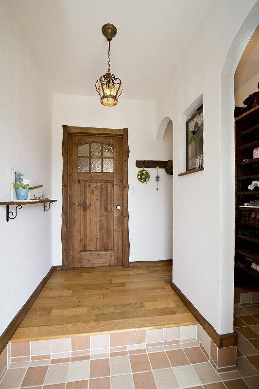 無垢のドアが可愛い玄関 玄関 アンティーク インテリア 玄関 おしゃれ
