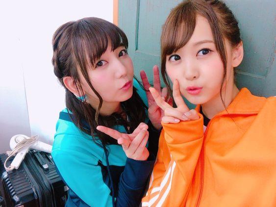 青いお洋服とオレンジのお洋服の芹澤優さんと和氣あず未さん